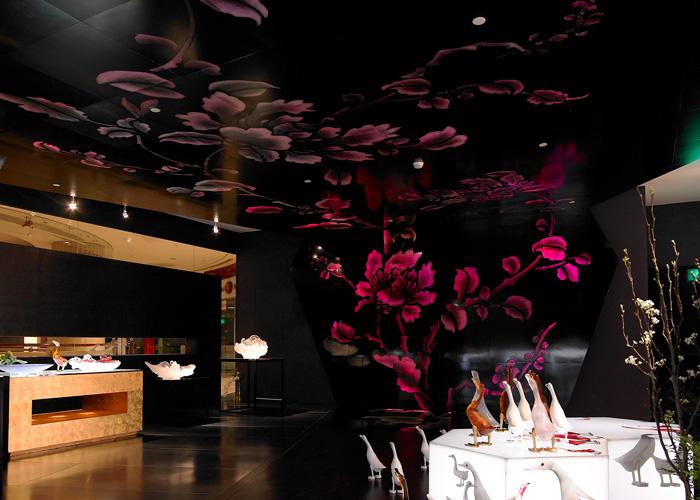 <span>LIULI 101 CENTER的琉璃牡丹牆</span><span>是二十年楊惠姍對Pâte-de-verre的更大更高的創作,</span><span>它脫離了一件作品, 變成了一個「空間藝術」</span>