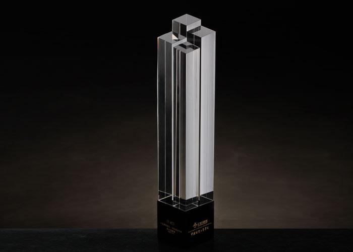 <p> 作为亚洲商学院TOP 1 的学院,朱晓明院长特别委托琉璃工房设计规划奖座,造型现代简洁又富有深沉内蕴的中欧精神。奖座收敛所有元素,以中欧建筑作为表现, 期许中欧人站在时代巅峰。 </p>